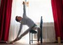 """Esercizi con sedia: come tonificare il corpo con il """"chair fitness"""""""