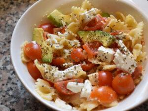 Pasta con avocado, feta e pomodorini